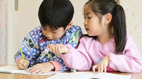 教室で勉強している園児二人