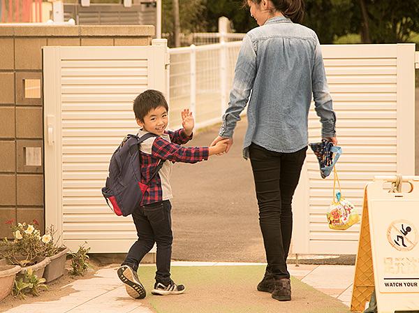 家に帰ろうとする男の子と母親