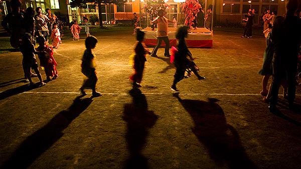 盆踊りで踊っている子供のシルエット