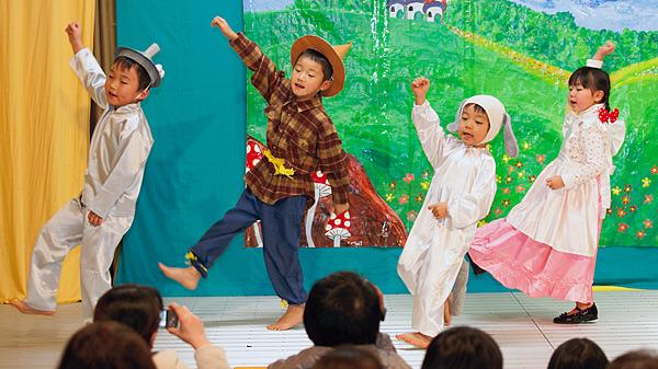 お遊戯会でオズの魔法使いを歌う子供