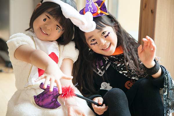 ハロウィンで仮装している子供