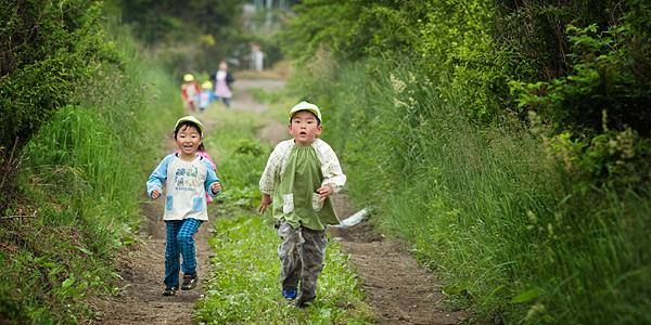 マラソン大会で走っている子供二人